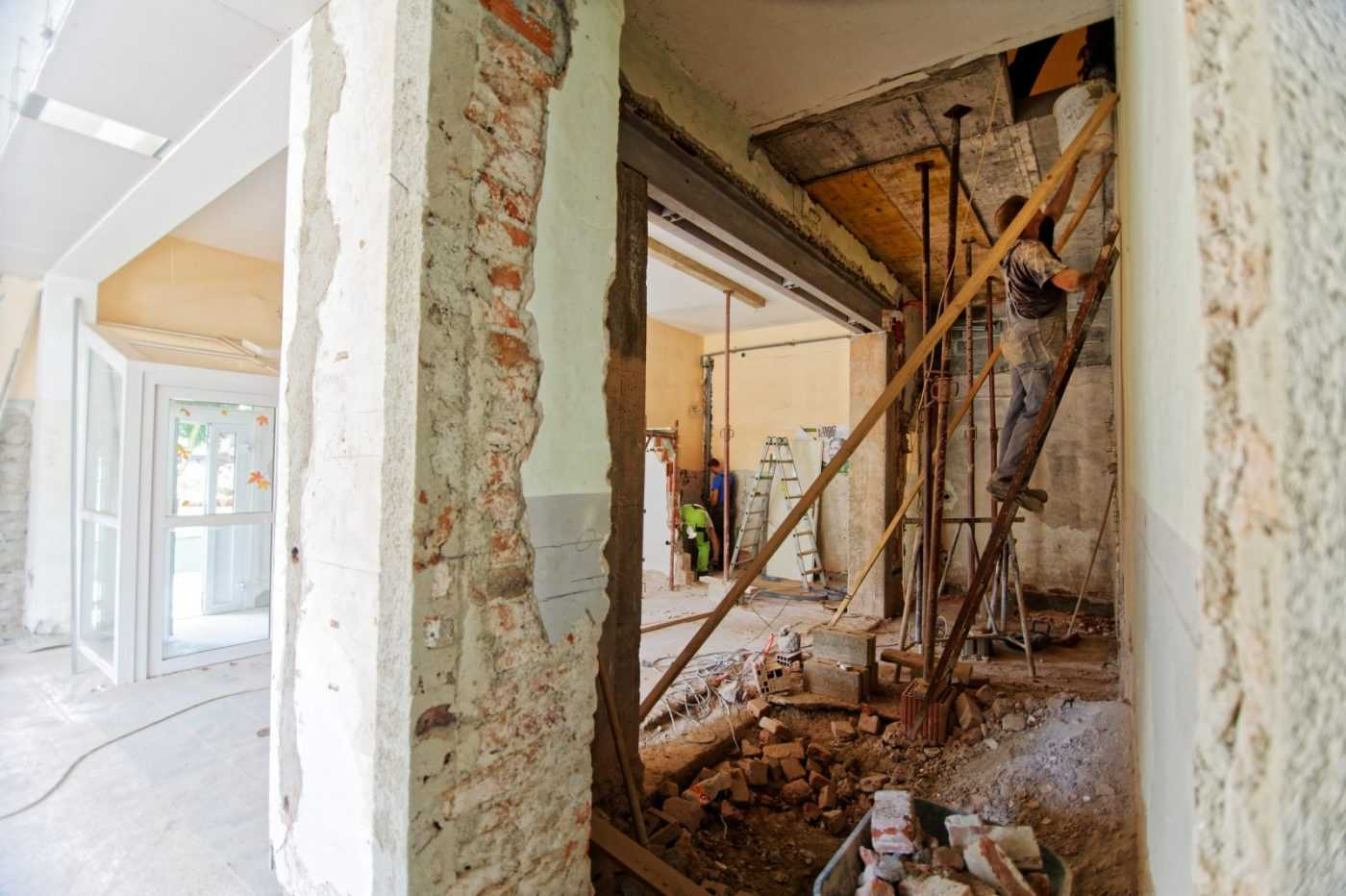 House in the process of renovation - learn how best to cope with a neighbor's renovation?